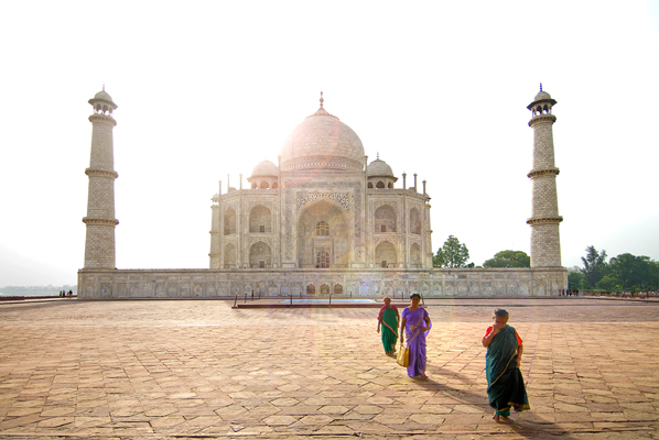 taj_mahal_side_view_with_women
